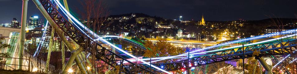 Parque de atracciones por la noche